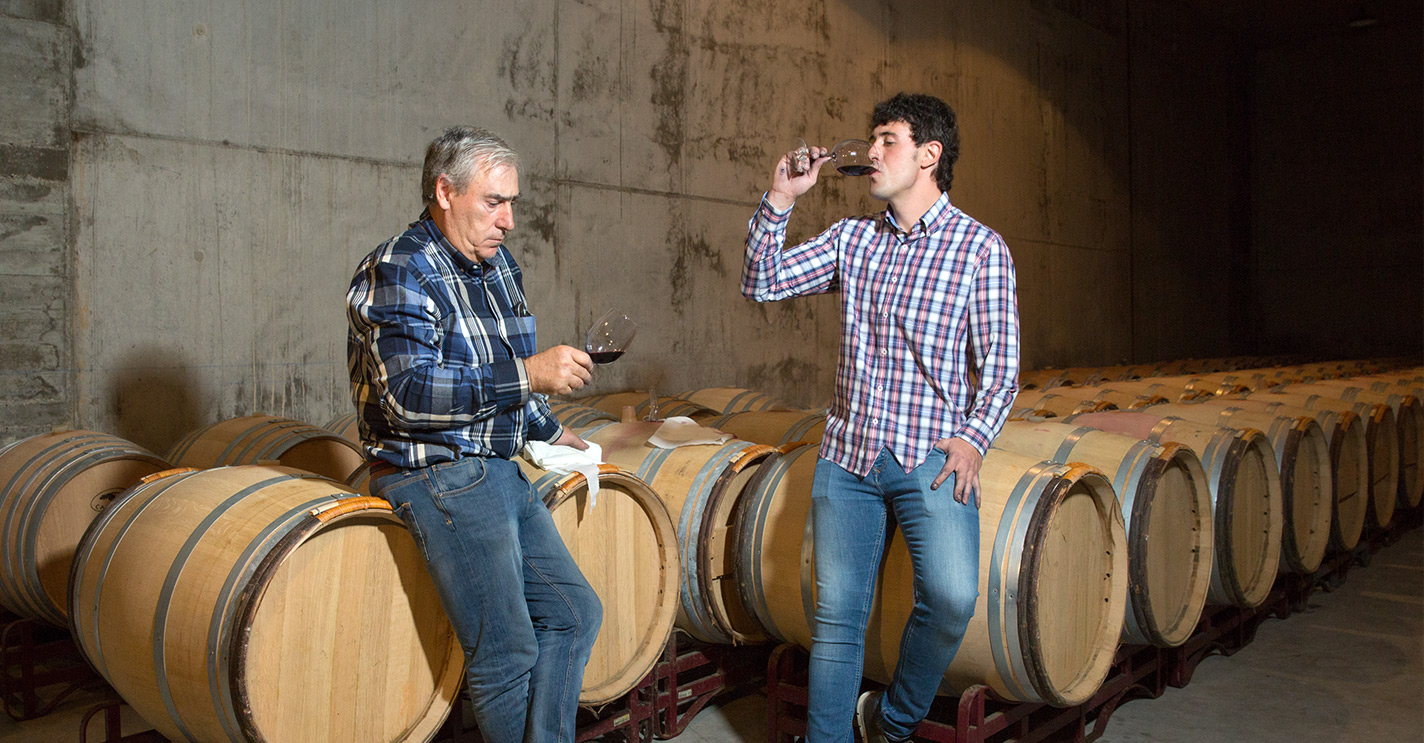 Javier e Israel, padre e hijo, catando sus vinos en la nave de barricas de Bodegas Eguíluz