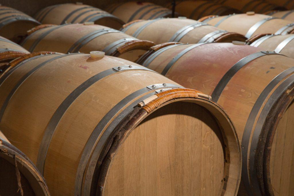 Barricas de roble americano y francés guardan los vinos de Bodegas Eguíluz