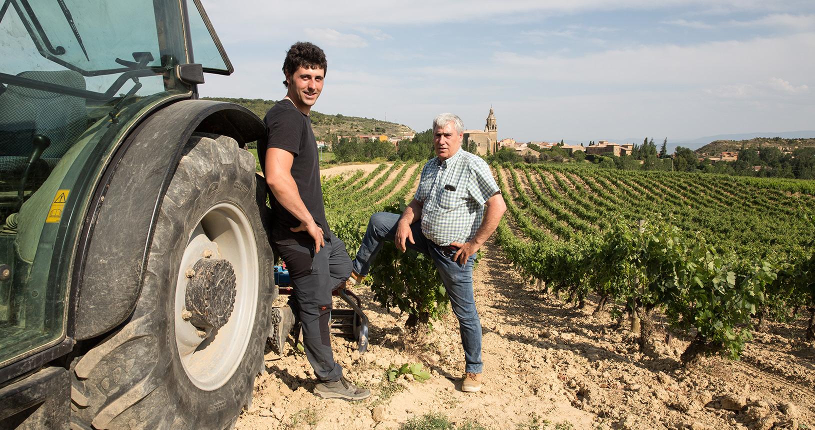 Javier e Israel charlan haciendo un inciso de su trabajo en los viñedos de Bodegas Eguíluz