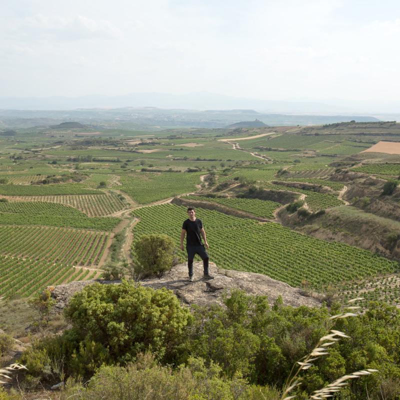 Israel rodeado de los viñedos de Bodegas Eguíluz